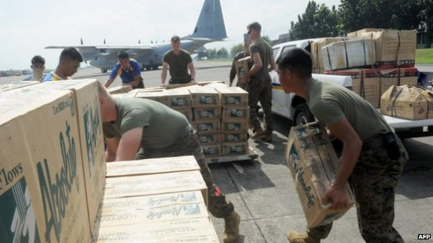 Philippine and US military personnel load relief goods for Tacloban on board a US C-130 plane for victims of Super Typhoon Haiyan that hit the central Philippines, at a military base in Manila on 11 November 2013  In Manila, Philippine and US military personnel load relief goods for Tacloban. International rescue teams are heading for the area. (C) AFP